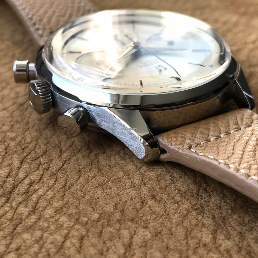 Universal Genève Compax 22704-1 Big Size 38mm - very well defined case lines
