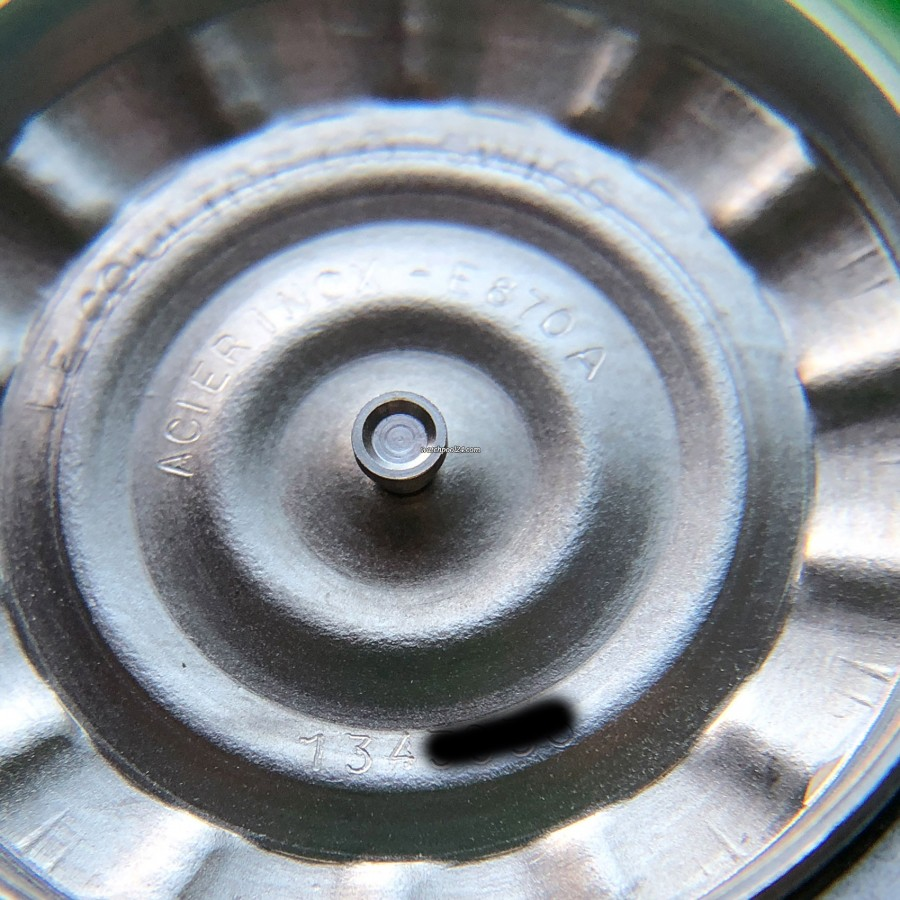 LeCoultre Memovox E 870 Polaris II - Innenseite des Gehäusebodens mit sichtbarer Serien- und Referenznummer