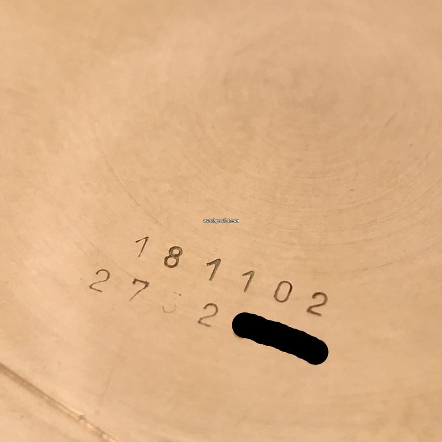 Universal Genève Tri-Compax 181102 - sichtbare Referenz- und Seriennummer auf dem Gehäuseboden