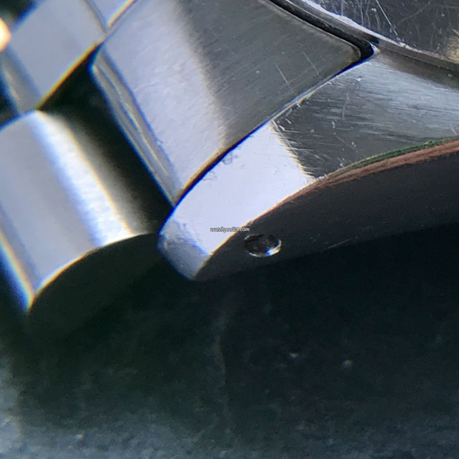 Rolex Datejust 1600 Blue Dial - case lug under the magnifying glass