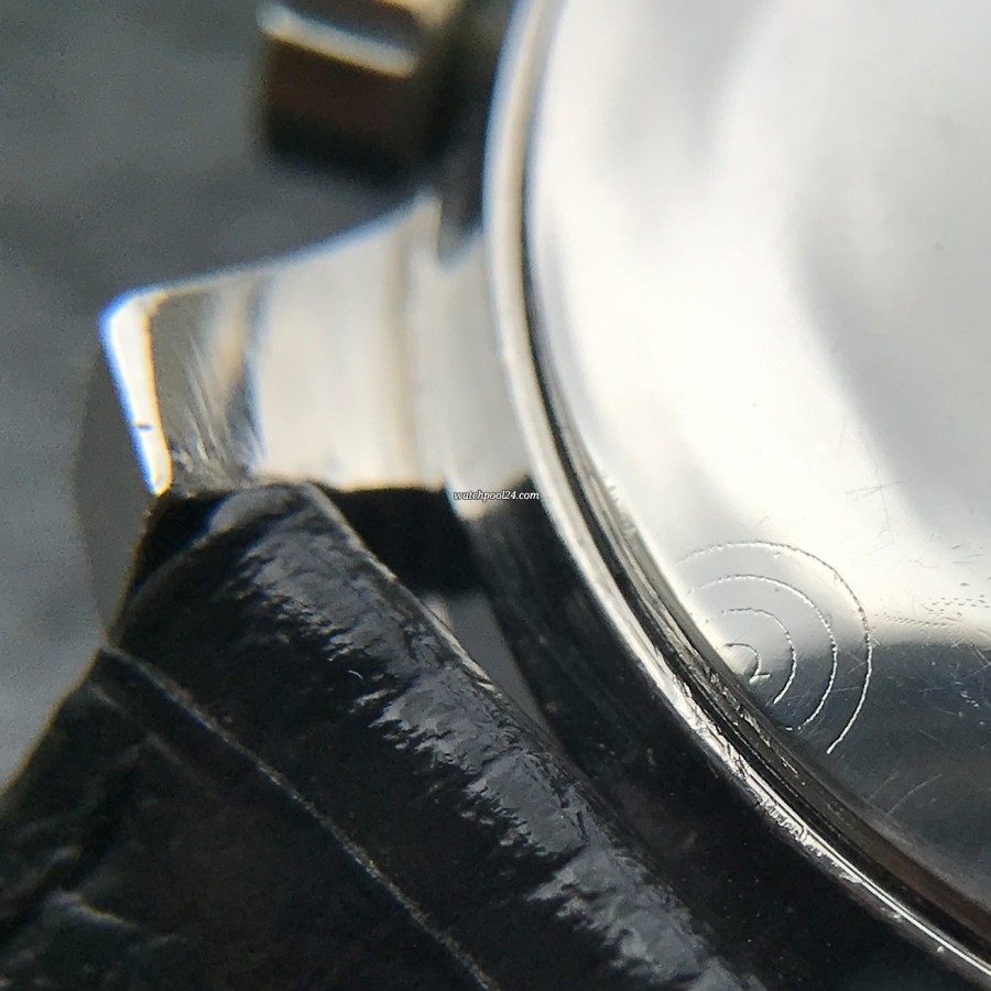 Heuer Autavia 2446C GMT MK4 - circular markings for the opening point on the caseback